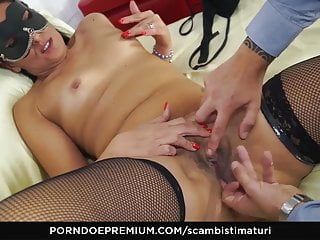 SCAMBISTI MATURI - Hot swinger fuck with Italian booty babe